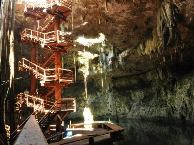 Escaleras en el cenote Maya Park